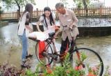 Hà Thu, Diệu Linh lặn lội mưa gió, đem quà đến sẻ chia với bà con miền Trung