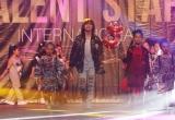 Vừa hát vừa catwalk lại tung hứng bóng rổ, Thiên Khôi khiến khán giả liên tục hò reo