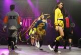 Dàn mẫu nhào lộn, múa lụa trên sân khấu thời trang Hong Kong
