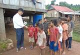Quảng Bình:  Cảm động thầy giáo đi xin quần áo cho học trò nghèo vùng cao