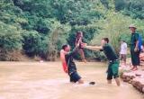 Điện Biên: Bộ đội biên phòng kiệu trẻ em băng suối sâu đến trường