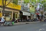 TPHCM: Thanh niên bị chém gục trên đường, cạnh khẩu súng ngắn