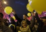 Người biểu tình phe Áo vàng ôm cảnh sát Pháp chúc mừng năm mới