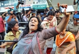 Người phụ nữ Ấn Độ thứ ba vào đền thiêng bất chấp bạo lực