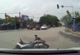 Clip sốc: Ô tô tông thẳng xe máy vượt đèn đỏ