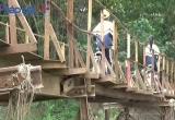 Hà Nội: Hàng nghìn người 'đánh đu tính mạng' trên cây cầu chờ sập