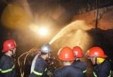 TPHCM: Gần 20 xe cứu hỏa được điều động cứu xưởng vải cháy rụi