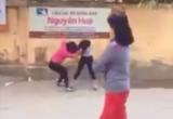 Hà Nội: Phẫn nộ 2 nữ sinh túm tóc, vật lộn giữa cổng trường
