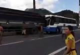 Xuất hiện video ghi lại cảnh xe tải cứu xe khách dưới chân đèo Bảo Lộc