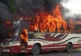 Hà Nội: Xe khách 16 chỗ bất ngờ bốc cháy dữ dội