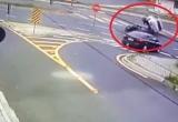 [Clip]: Xe mô tô húc ô tô 'ngã ngửa' giữa đường