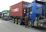 Ba xe container dồn toa, đường vào trung tâm Sài Gòn kẹt cứng