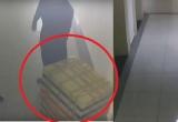 Xuất hiện clip ghi lại cảnh nghi phạm dùng thùng xốp đựng xác nữ sinh lớp 9 phi tang