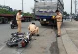 Xe tải kéo lê xe máy và người hơn 50 mét, tài xế xe máy tử vong