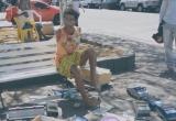 Người đàn ông bị cụt 2 tay vẫn tự làm và bán ô tô đồ chơi