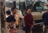 CSGT Hà Nội giúp hai mẹ con bị mất đồ và giấy tờ tuỳ thân về quê