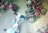 [Clip]: Bé trai bị xe máy đâm bất tỉnh do bất cẩn của mẹ