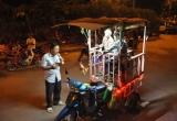 Bản tin Sài Gòn Plus: Xúc động hình ảnh cha đi hát rong nuôi 2 con bị teo não