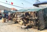 Bình Dương: Xe tải lật đè chết người mua nước mía ven đường