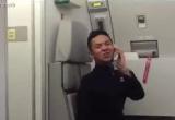 Nam tiếp viên gây sốt với màn nhảy múa trên máy bay