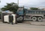 Bình Dương: Sau va chạm, xe tải lật giữa đường, người dân phá cửa giải cứu tài xế và phụ xe
