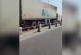 Hoảng hồn container nổ lốp vẫn lao như bay trên cầu Thanh Trì