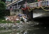 Hà Nội: Rác thải tràn ngập trên sông Tô Lịch sau mưa lớn