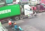 [Clip]: Người đàn ông 'chết hụt' sau va chạm với xe container