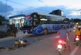 Quảng Ngãi: Xe khách cán xe máy, 2 phụ nữ thương vong