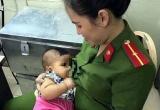 Hà Nội: Nữ cảnh sát cho cháu bé bị bỏ rơi bú sữa