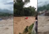 Clip giải cứu người dân bị cô lập trong vùng mưa lũ tại Yên Bái