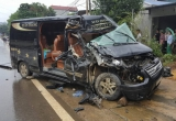 Hòa Bình: Xe khách Limousine nát bét đầu sau cú đâm xe tải