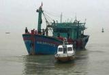 Vùng 3 Hải Quân lai dắt tàu gặp nạn, cùng 16 ngư dân về bờ an toàn