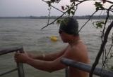 Người Hà Nội tắm sông giữa mùa đông 'cắt da cắt thịt'