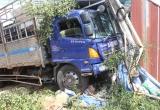 Lâm Đồng: Xe tải mất lái, húc thẳng vào nhà dân