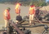 Hà Tĩnh: Bắt giữ 2 sà lan đang 'ăn cát' trên sông Lam