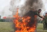 Xem trinh sát vượt vòng lửa phô diễn võ thuật