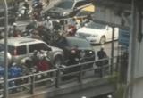 Hà Nội: Chiếc ô tô thản nhiên quay đầu trên cầu vào giờ cao điểm gây ách tắc