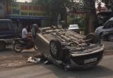 """Hà Nội: Xe ôtô lấn làn gây tai nạn nằm """"phơi bụng"""" giữa đường"""