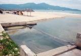 Bãi biển Đà Nẵng nước đen ngòm bốc mùi hôi thối