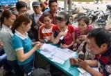 Hà Nội: Người dân xếp hàng đợi chụp ảnh