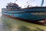 Tàu của ngư dân bị tàu khác đâm thủng khi đang đánh cá trên biển
