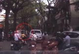 [Clip]: Ô tô bị đấm vỡ kính vì đi vào đường cấm