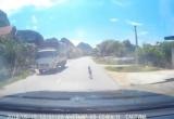 Clip: Thót tim trước hình ảnh cháu bé bò ngang quốc lộ giữa trưa nắng