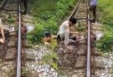 Đi qua đường sắt không quan sát, người đàn ông bị tàu hỏa cán lìa đầu