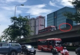 """Sốc: Xe máy """"ép"""" xe khách đi lùi trên đường vành đai 3 tại Hà Nội"""