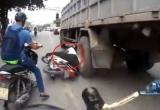Va đầu vào bánh xe ô tô, người đàn ông thoát chết trong gang tấc