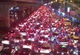Clip: Đường Hà Nội tắc kinh hoàng, hàng ngàn phương tiện 'chôn chân' dưới mưa