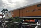 Nam Định: Tàu tông nát ô tô băng qua đường ray, 4 người thương vong