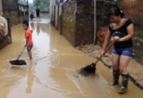 Clip: Dân Chương Mỹ cấp tập dọn bùn, xây gác xép 'cứu đồ' khỏi ngập